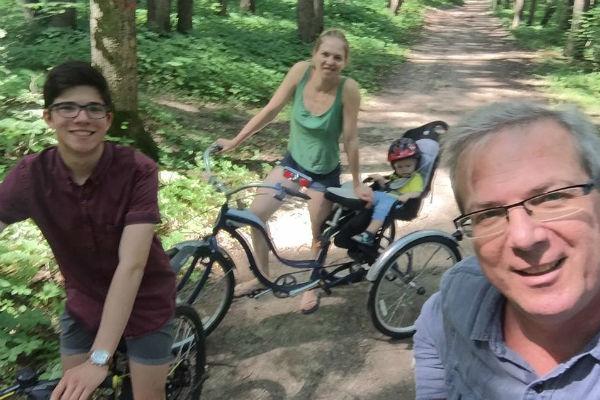 Алексей много времени проводит с детьми от предыдущих браков. На фото - с 16-летним Колей, 29-летней Настей и внуком Тимофеем