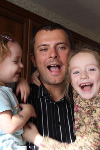 Сейчас Алексей воспитывает дочерей один