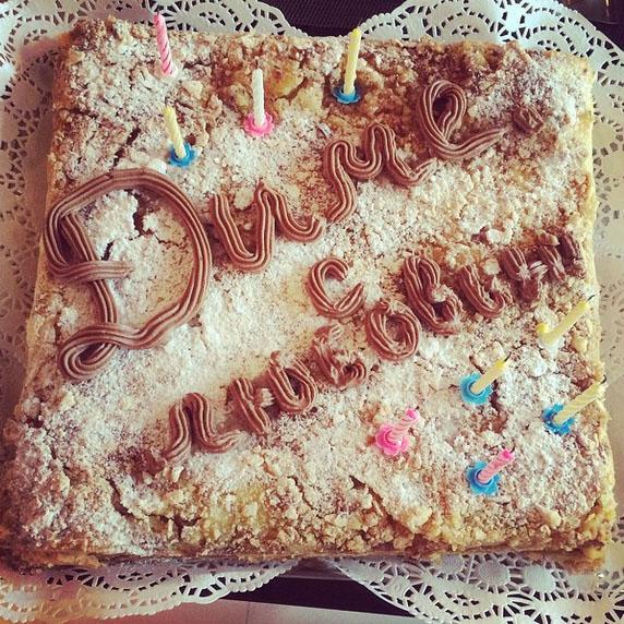 А этот торт для юбиляра испекла и передала из Ростова бабушка Полины