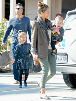 Джессика Альба с мужем и дочерьми
