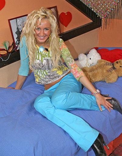 Длинные платиновые волосы стали визитной карточкой Ольги на проекте.