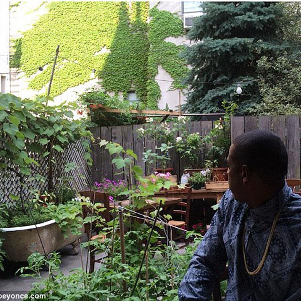 Джей-Зи в саду
