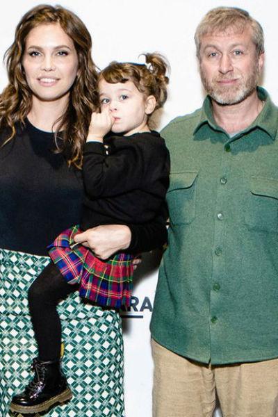 Даша Жукова с дочерью и мужем Романом Абрамовичем