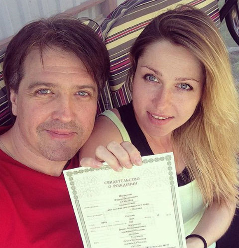 Денис Матросов и Ольга держат в руках свидетельство о рождении Федора