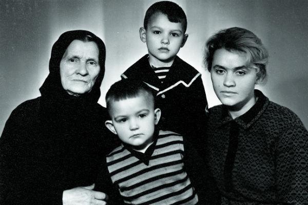 Будущий актер вырос в бедной семье.  После гибели мужа в 1968 году маме  приходилось много трудиться, чтобы прокормить двоих сыновей