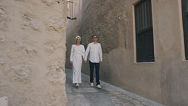 Супруги гуляют по узким улочкам далекого города