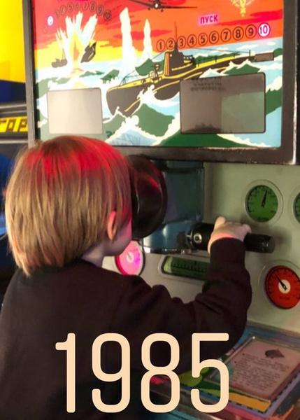 Платон Шепелев осваивает советские игровые автоматы