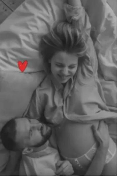 Накануне рождения дочери актер поделился интимным фото с женой