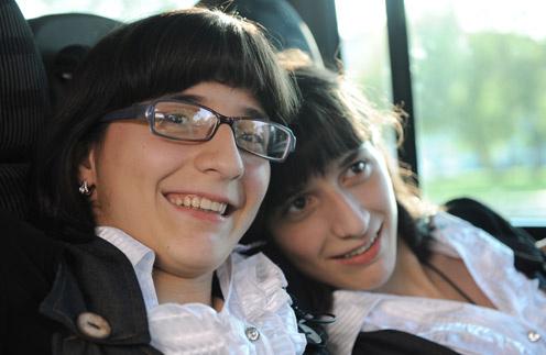 Сестры учились в мусульманской школе. Гита (на фото справа) успешно закончила специальное образование. Зита посостоянию  здоровья не успела