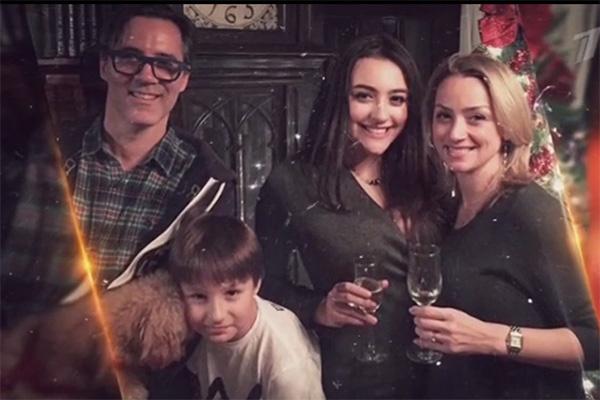 Дочь Вячеслава Добрынина Катя (на фото крайняя справа) со своей семьей