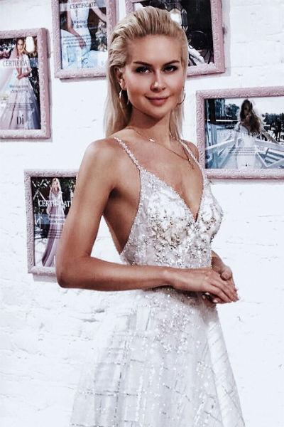 Девушка давно не может определиться со свадебным нарядом