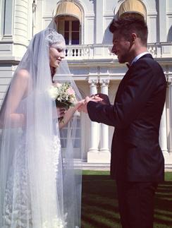 Сергей Лазарев надевает Дарье кольцо...
