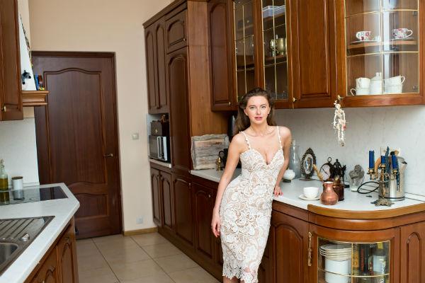 Девушка любит готовить и с удовольствием собирает друзей на домашние ужины