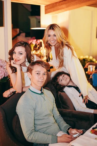 Анжелика с детьми: дочерью Дашей, сыном Никитой и младшим сыном Анастасом