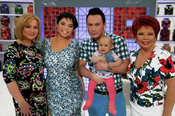 Светлана Пермякова с дочкой и гражданским мужем на передаче Наташи Королевой