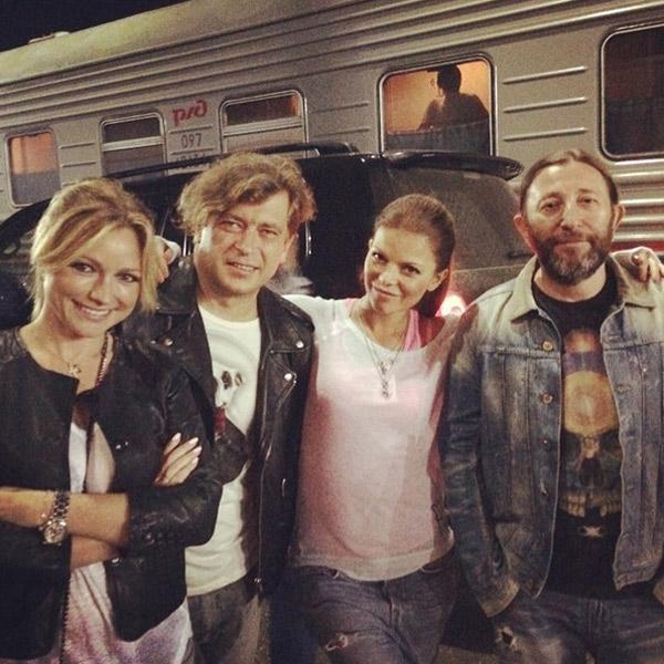 Инна Маликова, Лева Би-2, Яна Дайнеко и Шура Би-2 на вокзале в Тынде