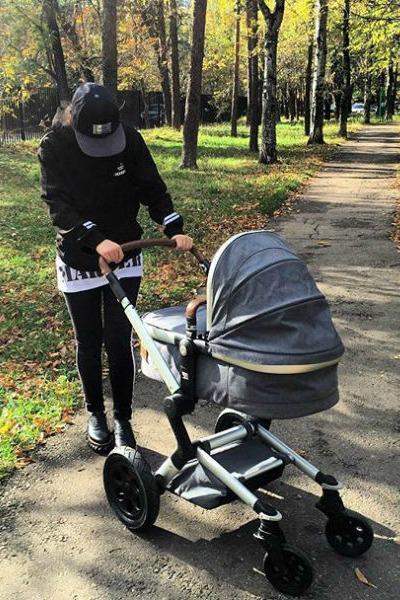 Недавно певица стала выходить на прогулку с дочкой