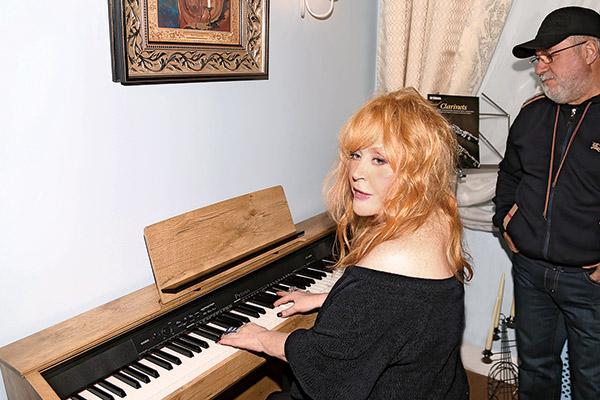 Во время официального  открытия школы – 12 февраля  – Алла Борисовна сама села за  фортепиано