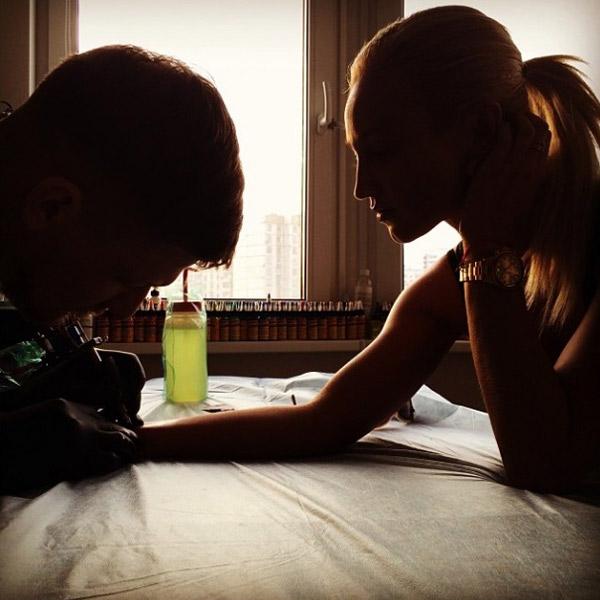 Ольга Бузова делает новую татуировку