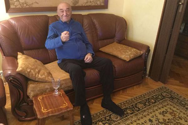 Владимир Этуш находится дома
