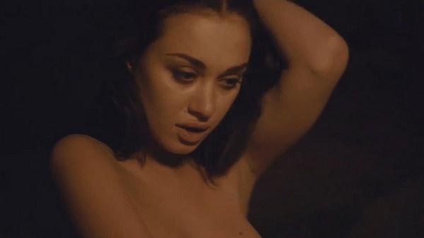 Во время постельной сцены Елизавета Андреевна внезапно перевоплощается в роковую брюнетку