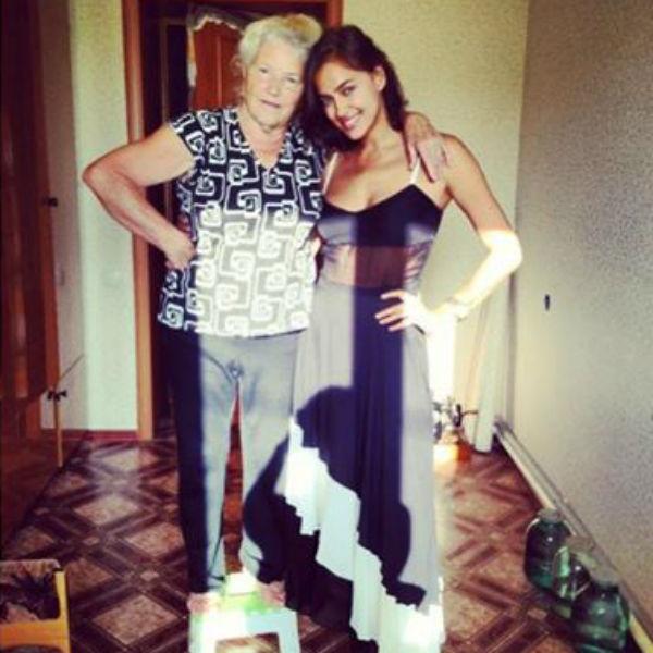 Еще одна бабушка модели вместе с любимой внучкой