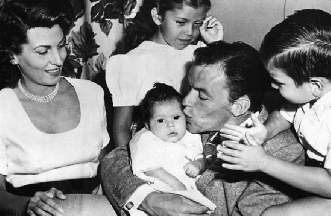 Фрэнк Синатра с первой женой и детьми