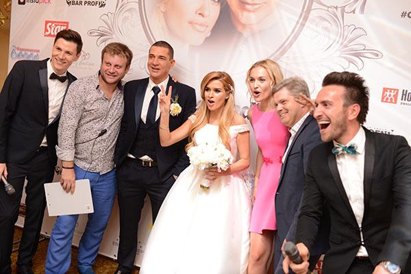 Жених и невеста и агентство «Свадьберри»: Дмитрий Городжий, Анна Городжая и Андрей Шлыков с ведущими торжества.
