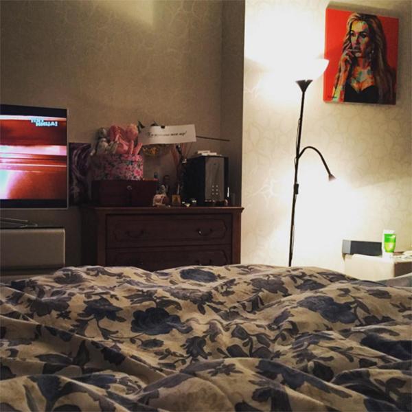 «Ребятки, посоветуйте сериал какой-нибудь, очень клевый», - обратилась к поклонникам Ксения Бородина под этим фото