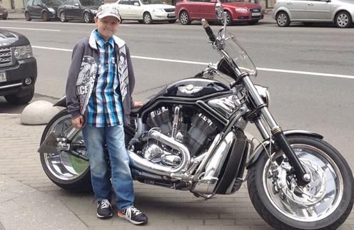 Максиму нравятся мотоциклы, он мечтает как-нибудь прокатиться с ветерком