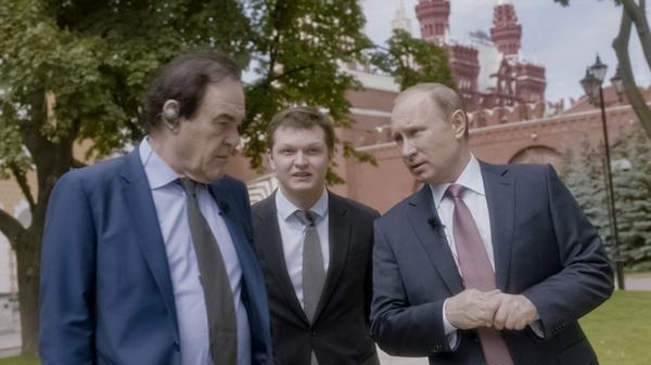 Беседуя с Оливером Стоуном, Владимир Путин отметил, что он старается придать процессу решения задач творческий характер
