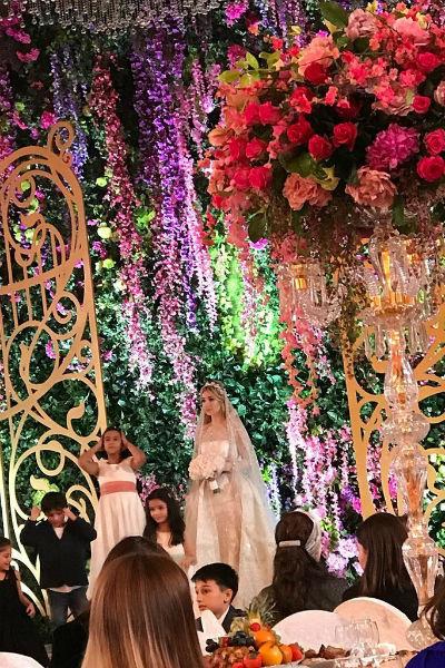 Весь зал был украшен многочисленными цветочными композициями