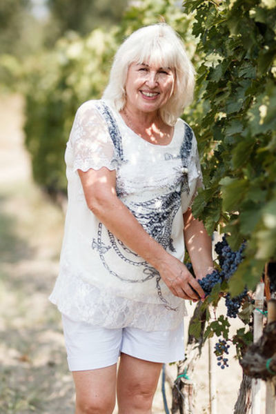В гостеприимном шато Mukhrani Лариса Сидорова захотела участвовать в сборе винограда