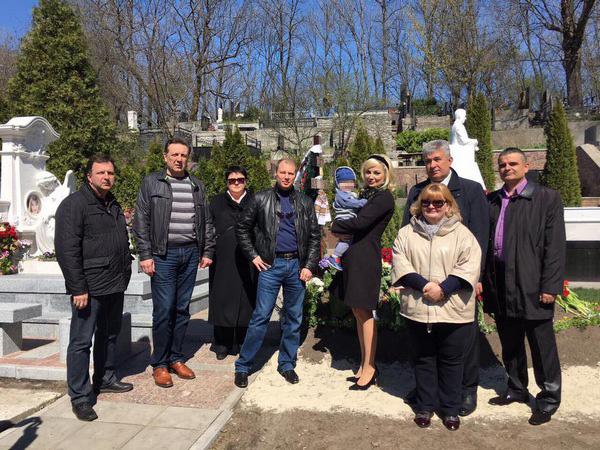 Мария Максакова с сыном и знакомыми на Зверинецком кладбище в Киеве