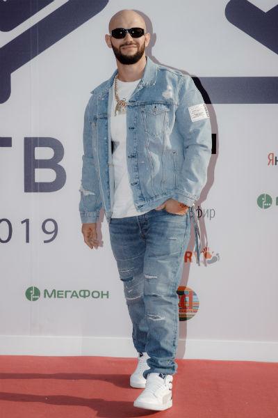 Джиган пришел на премию в джинсах