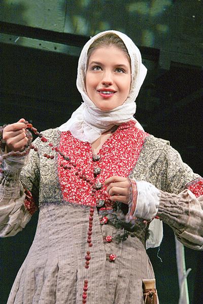 Аня еще в школьные годы начала выходить на театральную сцену, 2000-е