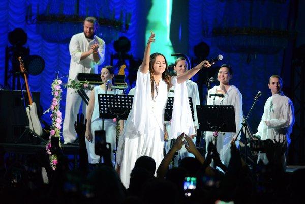 В какой-то момент певица не смогла сдержать слез счастья, когда увидела, как тепло ее принимает публика