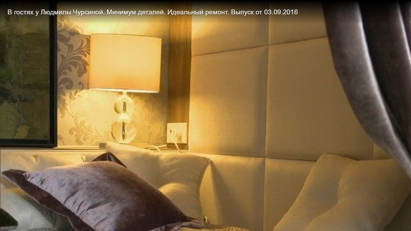 Зона для сна отгорожена бархатной портьрерой