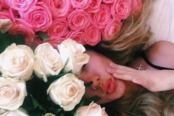 Поклонник заваливает Анну цветами