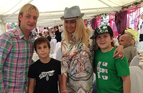 Яна Рудковская вмесе с мужем Евгением Плющенко и сыновьями