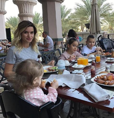 Ксения Бородина вместе с детьми на завтраке