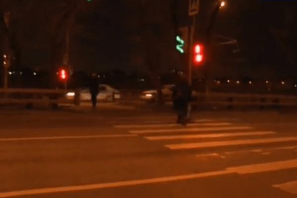 Женщина переходила дорогу на красный свет