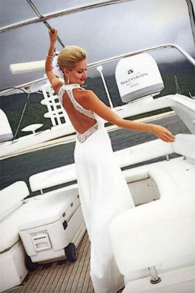Красавица-невеста с удовольствием позировала на камеру, еще не зная, какой сюрприз ей приготовил жених
