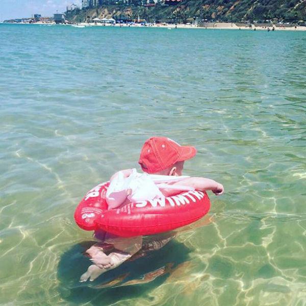 Сын Анастасии с удовольствием проводит время в воде