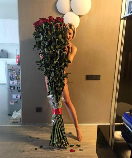 Ольга Бузова, кокетливо выглядывающая из-за букета роз, произвела неизгладимое впечатление на поклонников