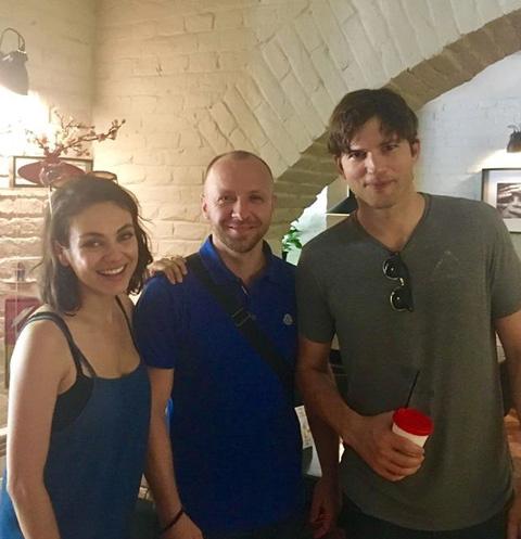 Мила Кунис и Эштон Катчер во время визита в Черновцы