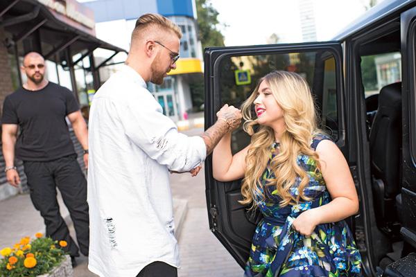 До ресторана Егор довез выпускницу на Mercedes Gelandewagen, как джентльмен открыл дверцу и подал руку