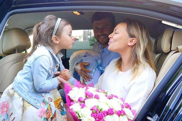 Татьяна Морозова с новорожденным, дочкой и мужем