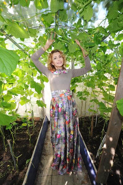 «В этом году отличный урожай», - с гордостью говорила Агибалова, показывая свои теплицы