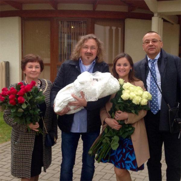 Игорь Николаев вместе с родителями Юлии встречал ее и дочку из роддома